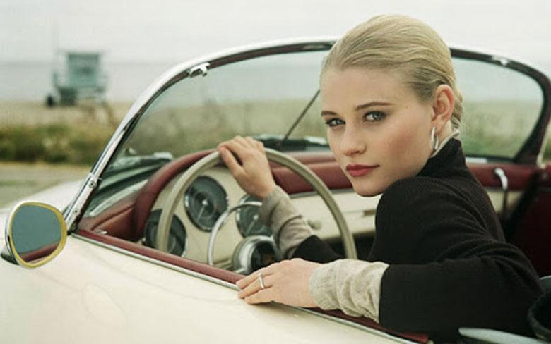 Phụ nữ lái xe ô tô nên trang bị những vật dụng gì?