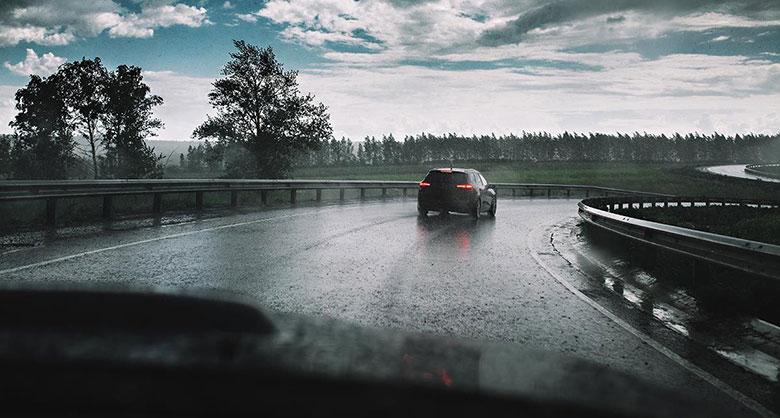 Sai lầm thường gặp khi lái xe ô tô dưới trời mưa